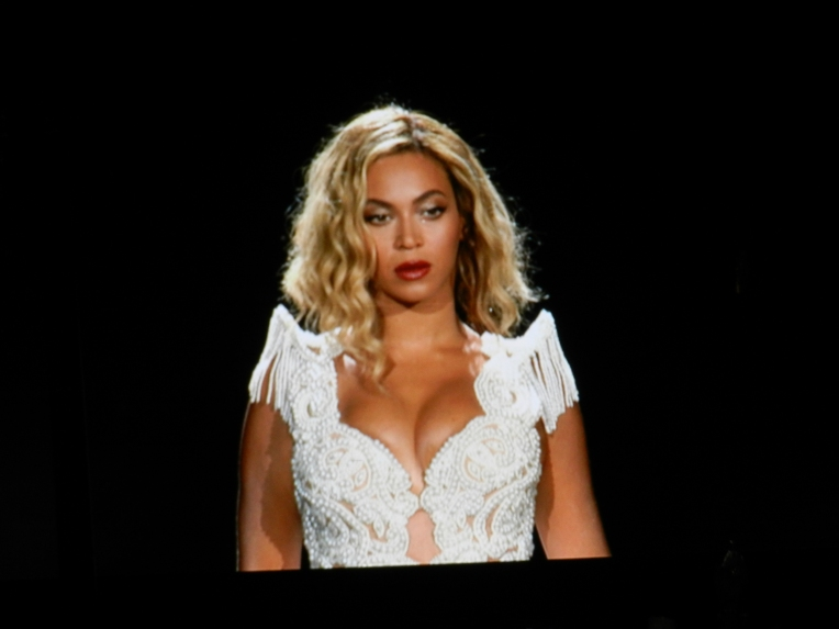 Beyonce opening her set on the big screen
